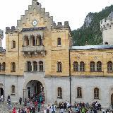 Вход во внутренний двор замка Нойшванштайн
