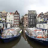 Пристань с экскурсионными катерами в Амстердаме