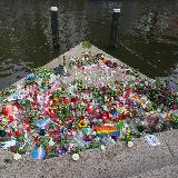 Цветы в память о погибших в Орландо представителей нетрадиционной ориентации