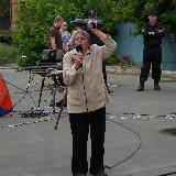Митинг 12 июня 2017 года в Орске. Женщина с бутылкой питьевой воды из Биофабрики