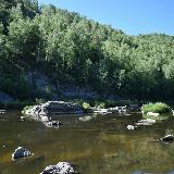 Торчащие глыбы не нарушают спокойного течения воды